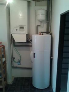 Vnitřní jednotka HPSU Bibloc s 200l zásobníkem. Opět dle požadavku instalováno na minimálním prostoru.