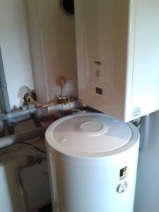 Kondenzační kotel s externím zásobníkem pro teplou vodu.