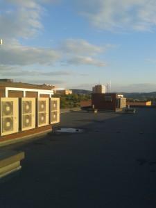 Venkovní jednotky tepelného čerpadla HPSU Hitemp při západu slunce.