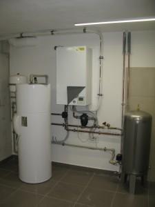Kotelna s vnitřní jednotkou tepelného čerpadla a zásobníkem teplé vody.