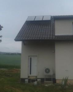 Solární panely a venkovní jednotka tepelného čerpadla